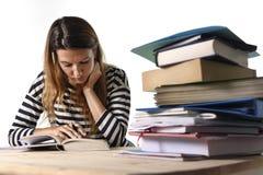 Młoda studencka dziewczyna koncentrował studiowanie dla egzaminu przy szkoły wyższa biblioteki edukaci pojęciem Zdjęcia Stock