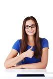 Młoda studencka kobieta pokazuje OK gest. Zdjęcia Royalty Free
