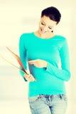 Młoda studencka kobieta z ona notatki Fotografia Royalty Free