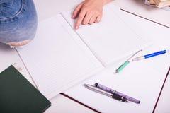 Młoda studencka narządzanie praca domowa Zdjęcie Royalty Free