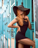 Młoda szczęśliwa ładna kobieta w duży kapeluszowy śmiać się zabawę na t i mieć Obraz Royalty Free