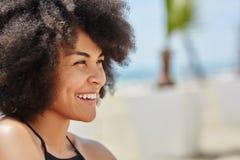 Młoda szczęśliwa afro amerykańska kobieta patrzeje daleko od Zdjęcia Stock