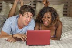 M?oda szcz??liwa, atrakcyjna multiracial para z Ameryka?skim lying on the beach i relaksowa? dalej obrazy royalty free