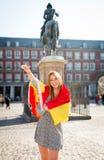 Młoda szczęśliwa atrakcyjna wekslowego ucznia dziewczyna ma zabawę w grodzkim odwiedza Madryt mieście pokazuje Hiszpania flaga Obraz Royalty Free