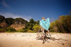 Młoda szczęśliwa azjatykcia dziewczyna na wyspie Zdjęcia Stock
