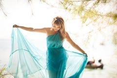 Młoda szczęśliwa azjatykcia dziewczyna na wyspie Obrazy Royalty Free