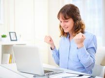 Młoda szczęśliwa biznesowa kobieta przy pracą Zdjęcia Royalty Free