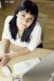 Młoda szczęśliwa biznesowa kobieta przy pracą obrazy stock