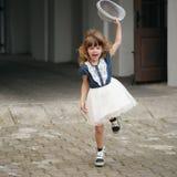 Młoda szczęśliwa dziewczyna działająca daleko od zdjęcie royalty free