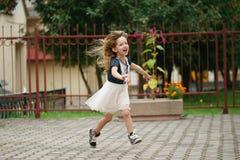 Młoda szczęśliwa dziewczyna działająca daleko od zdjęcia royalty free
