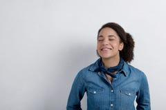 Młoda szczęśliwa dziewczyna ono uśmiecha się z jej oczami zamykającymi Zdjęcie Royalty Free