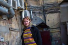 Młoda szczęśliwa dziewczyna w St Petersburg podwórzy fotografii sesi Zdjęcia Royalty Free