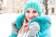 Młoda szczęśliwa kobieta cieszy się śnieg w zimy miasta parku plenerowym Obraz Stock