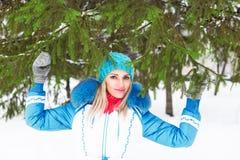 Młoda szczęśliwa kobieta cieszy się śnieg w zimy miasta parku plenerowym Fotografia Royalty Free