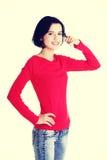 Młoda szczęśliwa kobieta gestykuluje wezwanie ja Zdjęcia Royalty Free