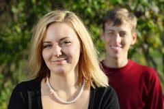 Młoda szczęśliwa kobieta i mężczyzna za ona w parku obrazy royalty free