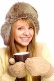 Młoda szczęśliwa kobieta jest ubranym zimy płótno z filiżanką herbata obraz royalty free