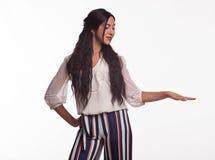 Młoda szczęśliwa kobieta pokazuje rękami obrazy stock