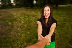 Młoda szczęśliwa kobieta przędzalniana wokoło mienie mężczyzna ręki Obraz Stock
