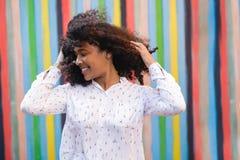 Młoda szczęśliwa kobieta trzyma jej włosy Zdjęcia Stock