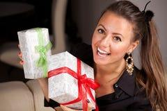 Młoda szczęśliwa kobieta z prezenty zdjęcia royalty free