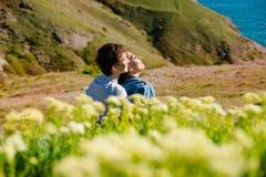 Młoda szczęśliwa kochliwa rozochocona para, plenerowa Obraz Stock