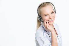 Młoda szczęśliwa lekarka w słuchawki, przy biurem, centrum telefoniczne uśmiechnięty operator zdjęcia royalty free
