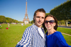 Młoda szczęśliwa para na champ de mars w Paryskim tle wieża eifla Zdjęcia Royalty Free