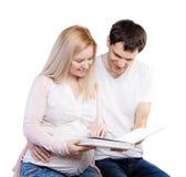 Młoda szczęśliwa para z albumem fotograficznym obraz stock
