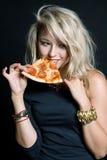 Młoda szczęśliwa piękna kobiety łasowania pizza Zdjęcie Stock