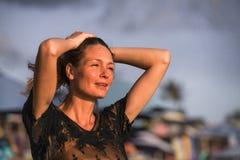 Młoda szczęśliwa piękna, wspaniała blond kobieta pozuje jak jest ubranym przy plażą i fotografia stock