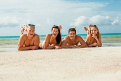 Młoda szczęśliwa przyjaciela havin zabawa na plaży zdjęcie royalty free