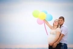 Młoda szczęśliwa rodzina Fotografia Royalty Free