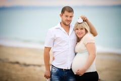 Młoda szczęśliwa rodzina Zdjęcie Stock