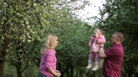 Młoda Szczęśliwa rodzina W parku zbiory