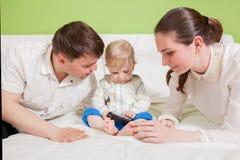 Młoda szczęśliwa rodzina z dzieciakiem w domu Obrazy Royalty Free