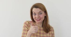 Młoda szczęśliwa rozochocona kobieta pokazuje kciuk up zbiory