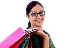 młoda szczęśliwa uśmiechnięta kobieta z torba na zakupy Fotografia Royalty Free