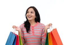 młoda szczęśliwa uśmiechnięta kobieta z torba na zakupy Zdjęcia Stock