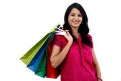 młoda szczęśliwa uśmiechnięta kobieta z torba na zakupy Obrazy Stock