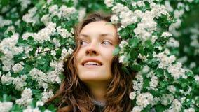 Młoda szczęśliwa uśmiechnięta zielonooka kobieta z kwiatami naturalne piękno Zdjęcie Stock