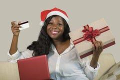 Młoda szczęśliwego, atrakcyjnego czarnego afrykanina Amerykańska kobieta w i obraz stock