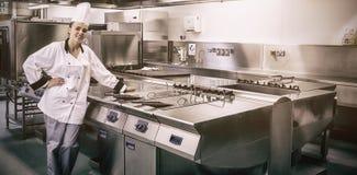 Młoda szef kuchni pozycja obok pracy powierzchni zdjęcia royalty free