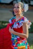 Młoda tancerz dziewczyna od Puerto Rico w tradycyjnym kostiumu zdjęcia stock