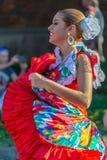 Młoda tancerz dziewczyna od Puerto Rico w tradycyjnym kostiumu obrazy stock