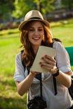 Młoda Turystyczna dziewczyna Używa Cyfrowej pastylkę fotografia royalty free