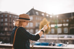 Młoda turystyczna kobieta patrzeje nawigaci mapę Zdjęcia Stock
