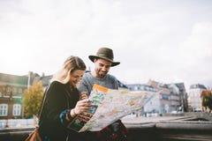 Młoda turystyczna para patrzeje nawigacyjną mapę Fotografia Royalty Free
