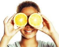 Młoda uśmiechnięta afro amerykańska kobieta z przyrodnimi pomarańczami, styl życia c Obraz Royalty Free