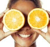 Młoda uśmiechnięta afro amerykańska kobieta z przyrodnimi pomarańczami, stylu życia pojęcie odizolowywający na białym tle Obraz Royalty Free